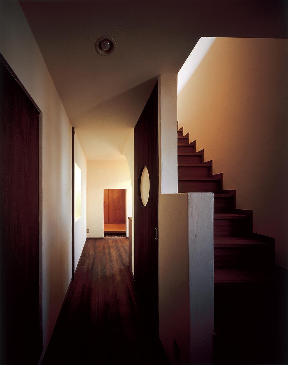 横浜M邸10-子世帯の1階廊下から階段と玄関を見る