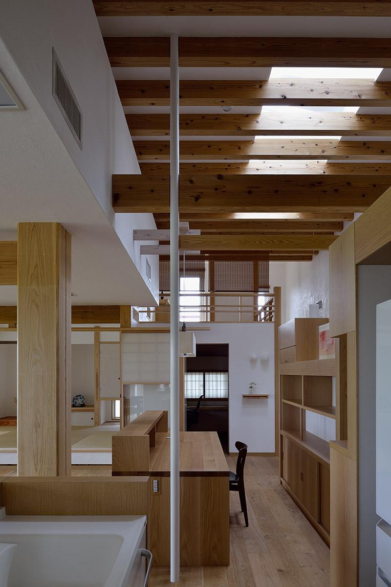 吉野ヶ里の家16-キッチンから家事コーナーを見る