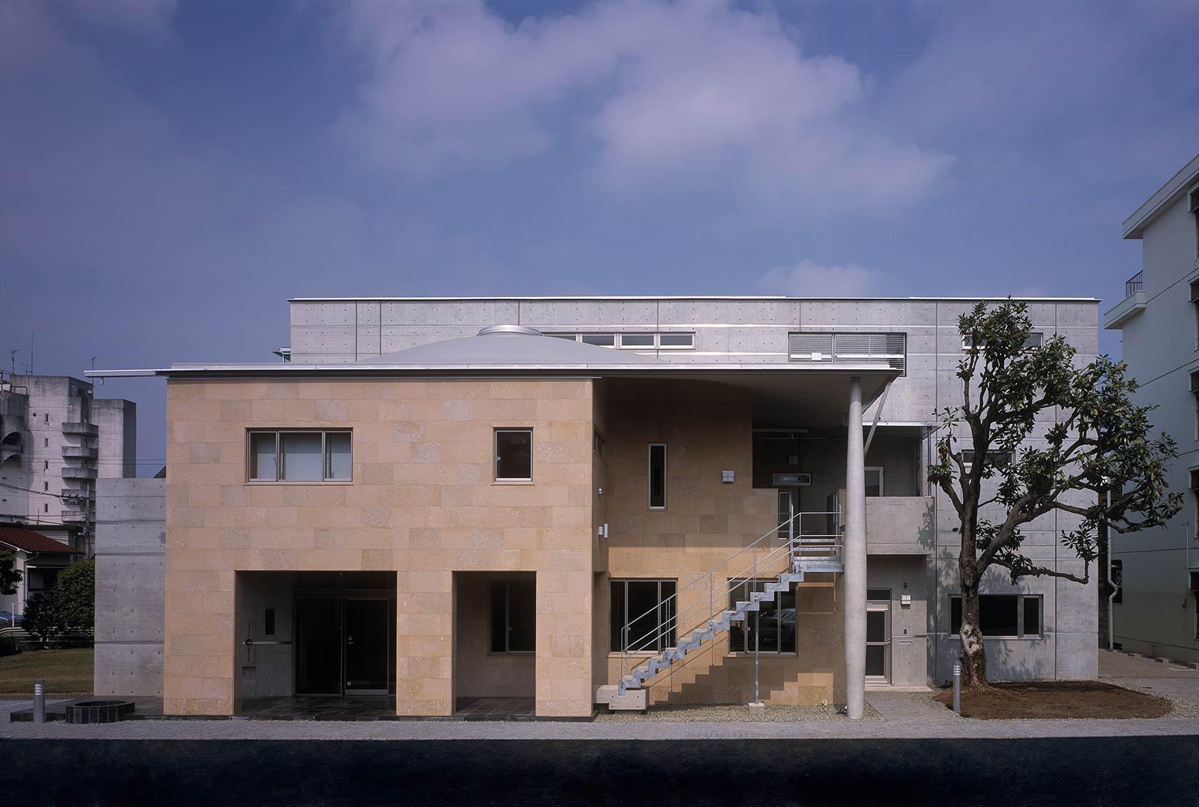 K織物株式会社+K邸2-コンクリート打放しと石貼りの東面外観