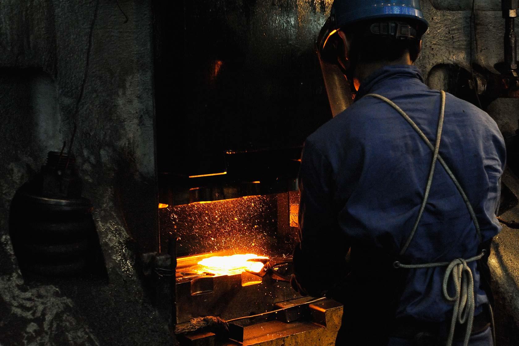 新鍛造工場19-ハンマーと鋼材