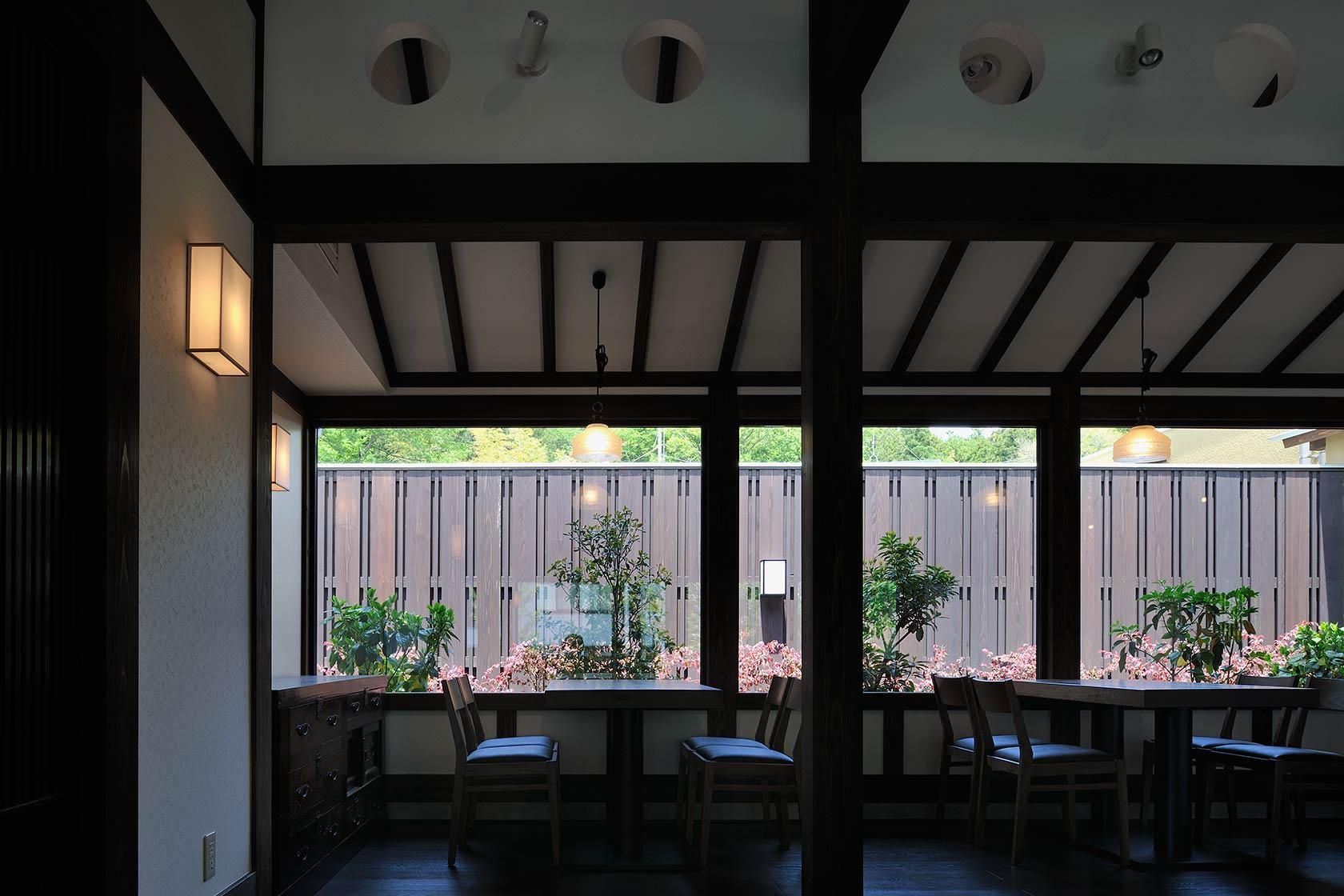 開都11-北側の落ち着いた庭を眺めながら食事