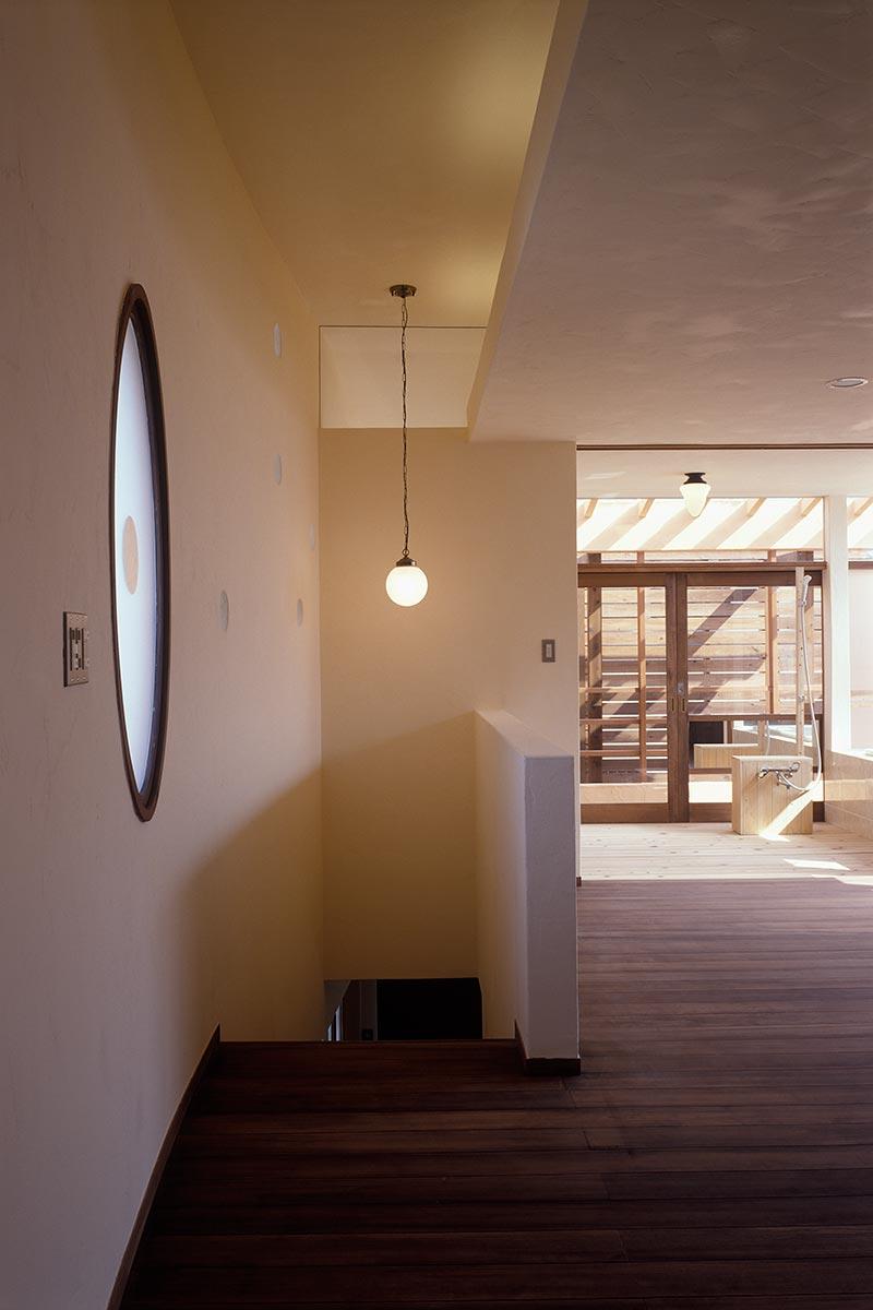 横浜M邸8-子世帯の2階キッチンから階段を見る