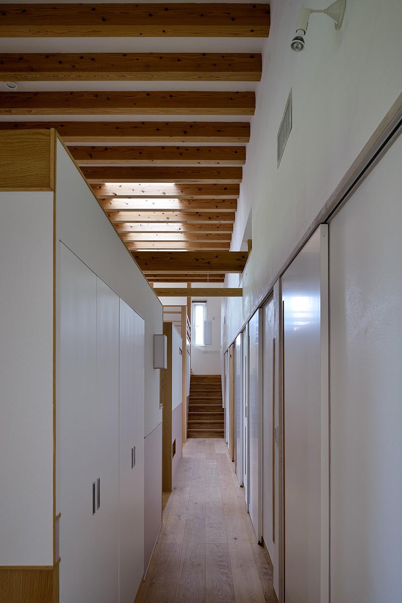 吉野ヶ里の家19-寝室から廊下を見る