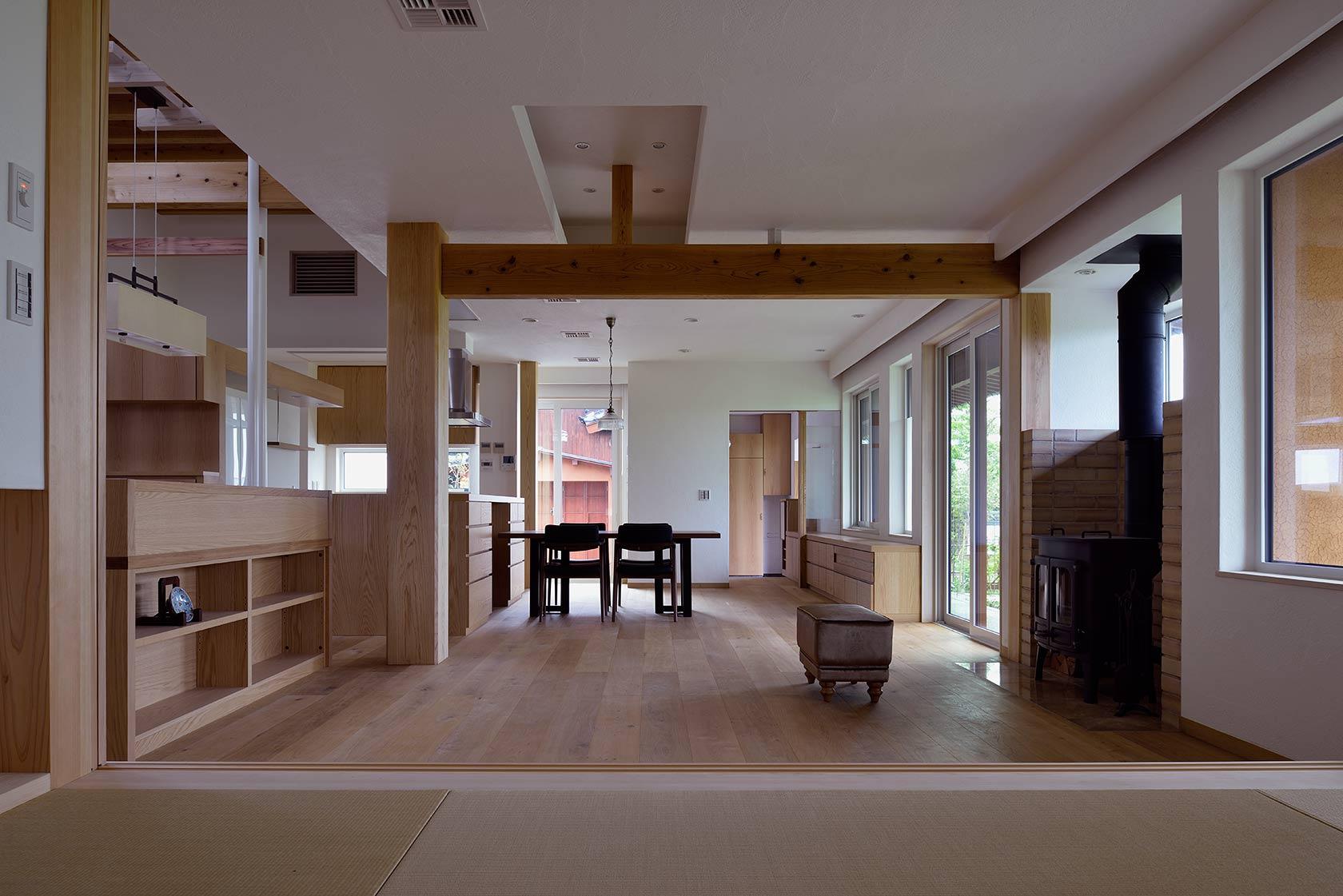 吉野ヶ里の家12-和室からリビング、ダイニングを見る