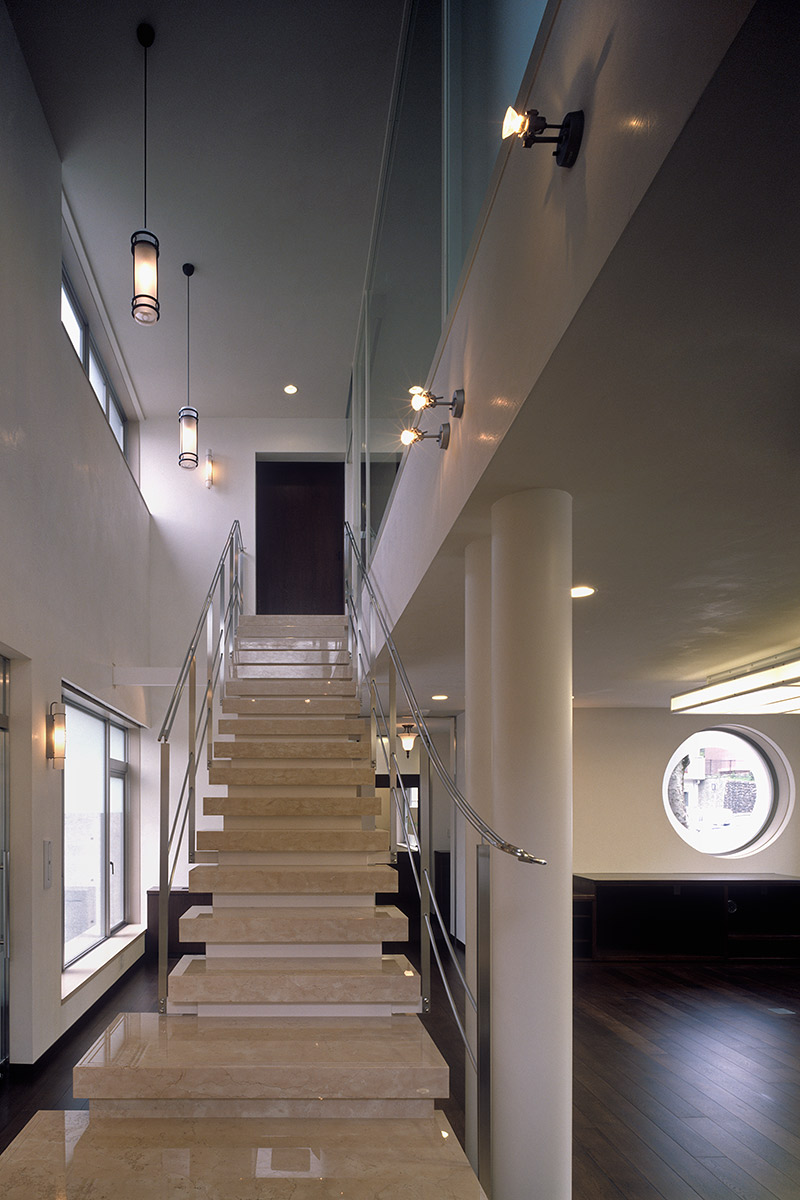 K織物株式会社+K邸22-階段から2階を見る
