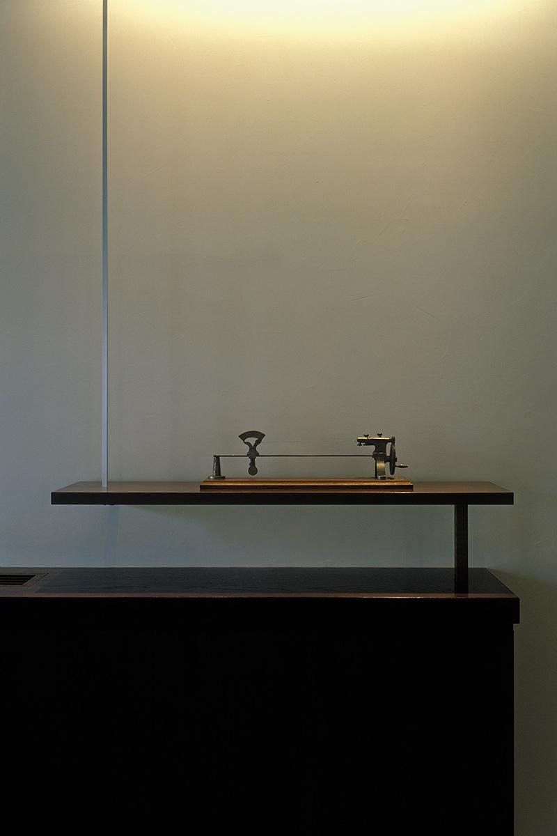 K織物株式会社+K邸14-棚に飾られた検撚機