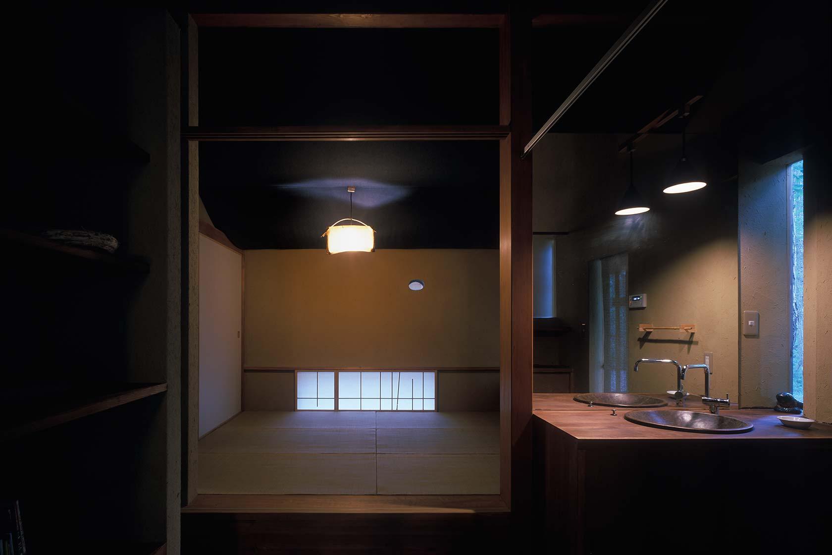 U邸別荘9-洗面室脇から寝室を見る