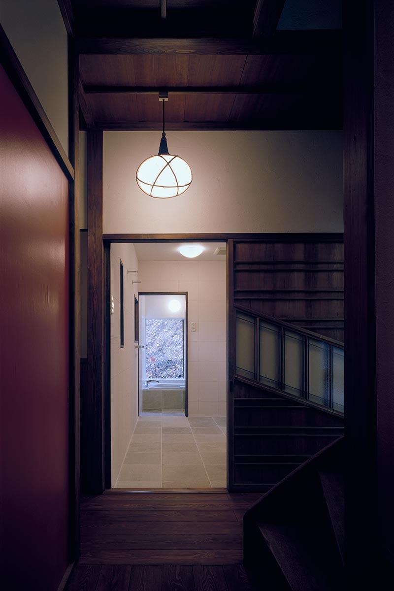 八王子S邸9-廊下より洗面室と浴室を見る