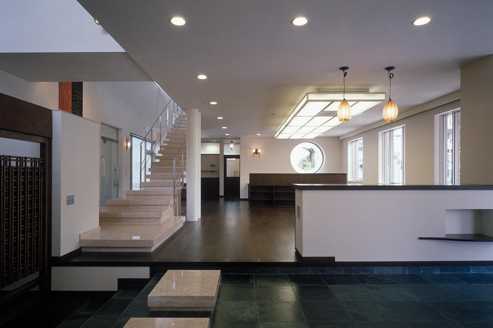 K織物株式会社+K邸15-エントランスから事務室を見る