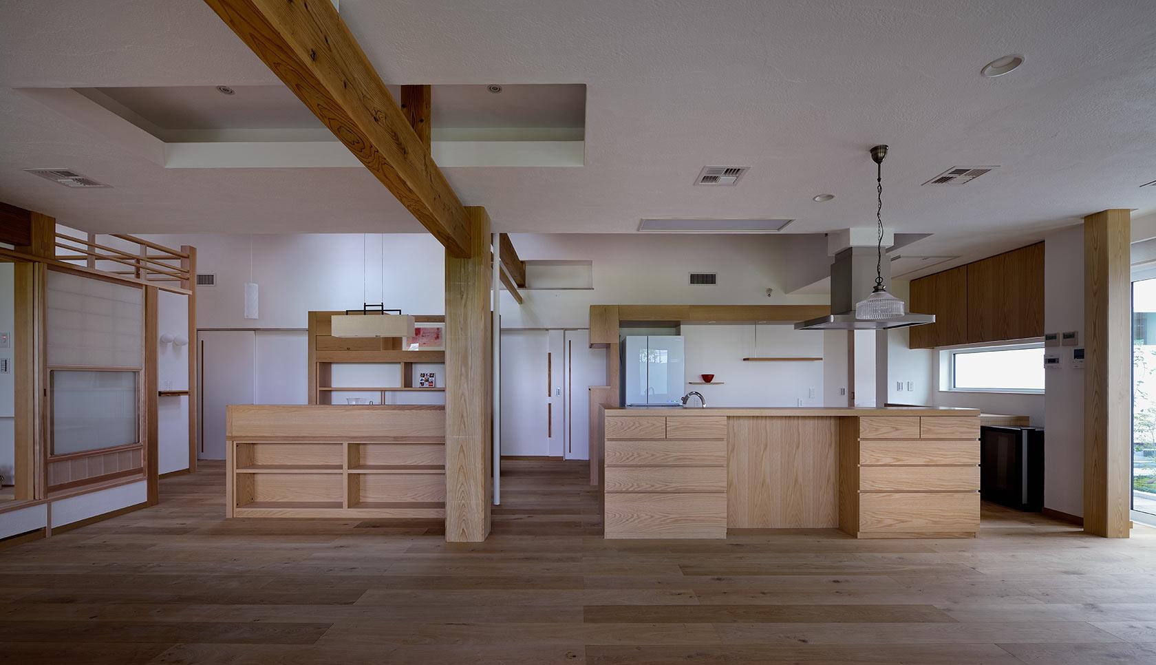 吉野ヶ里の家14-リビング、ダイニングから家事コーナー、キッチンを見る