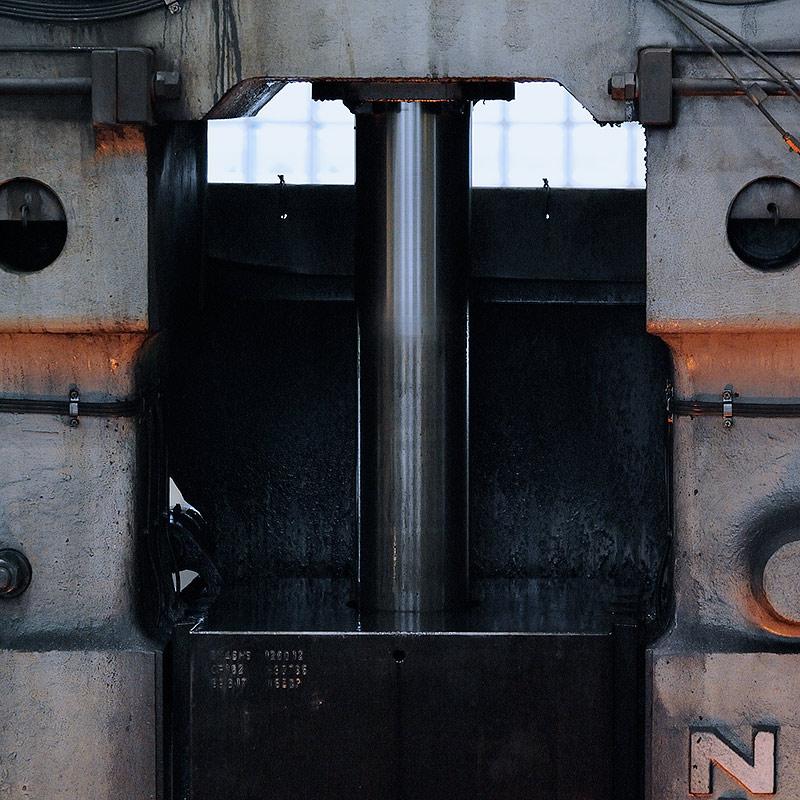 新鍛造工場16-重さ2tonのラムと金型が打撃を繰り返す