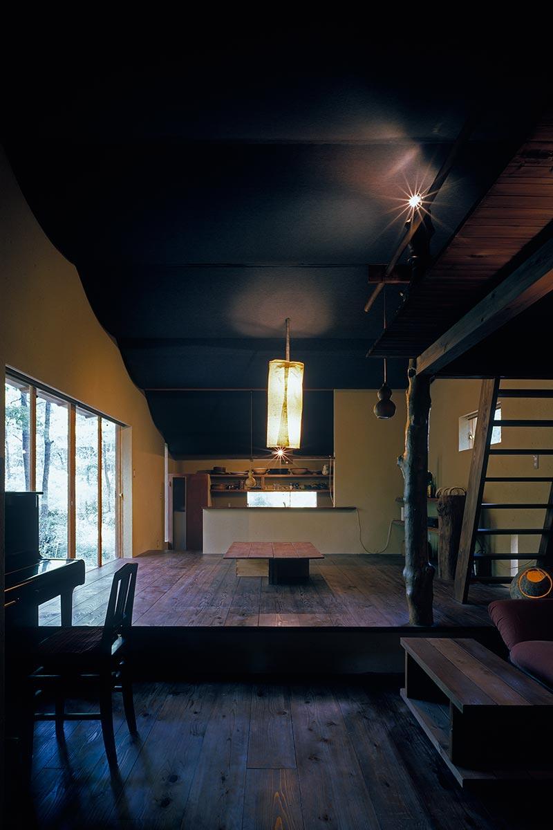 U邸別荘6-板の間からキッチンを見る