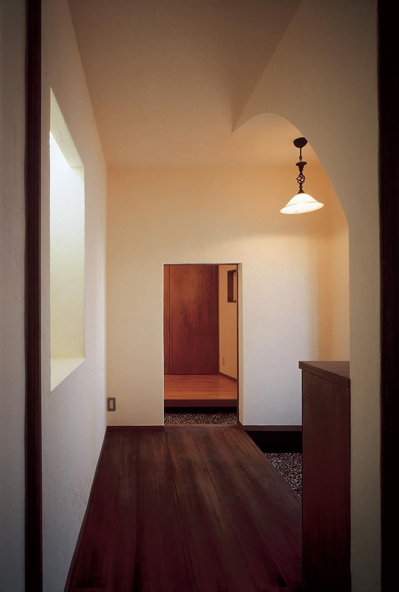 横浜M邸6-親世帯子世帯が繋がる玄関の低い開口