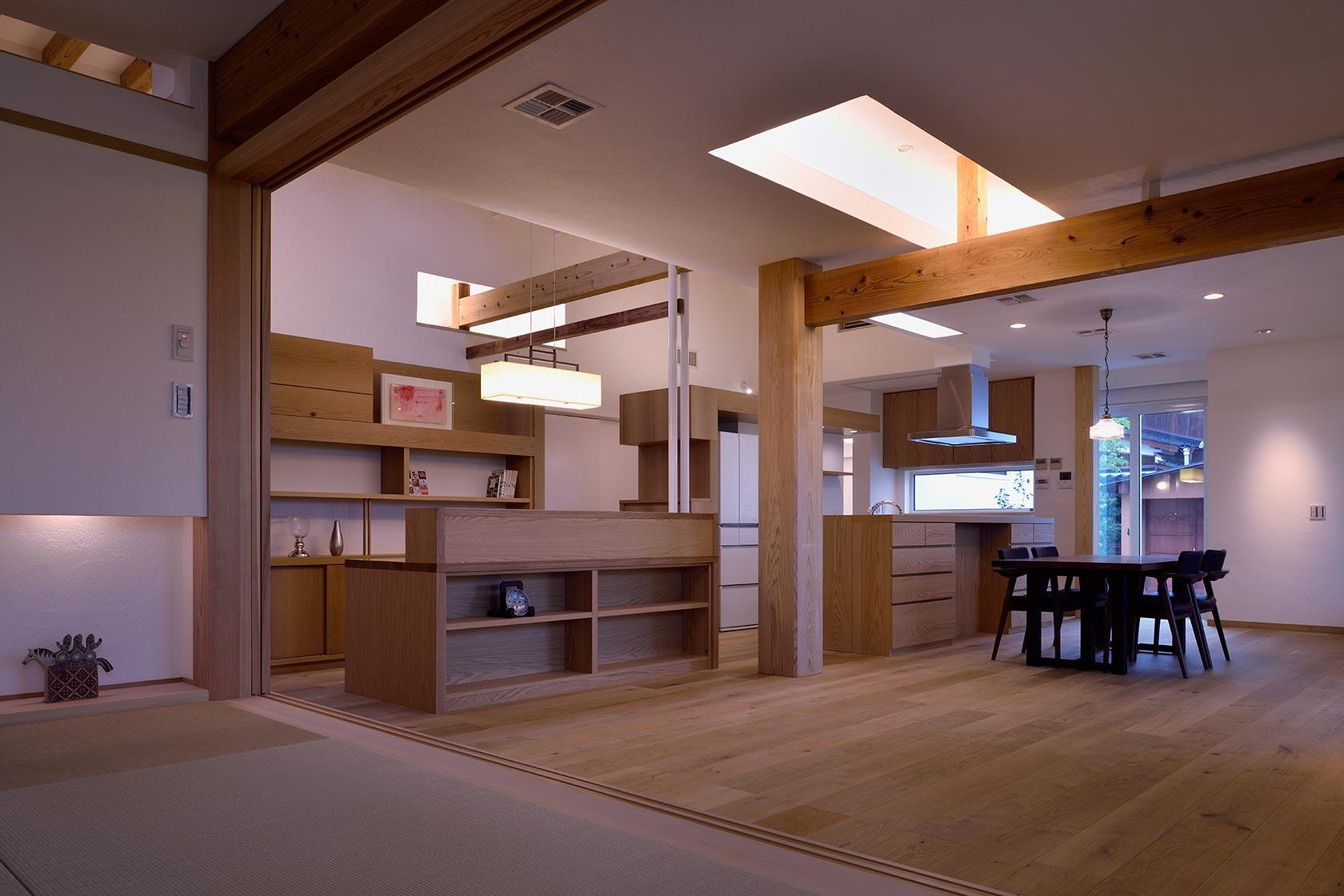 吉野ヶ里の家13-和室から家事コーナー、キッチンを見る