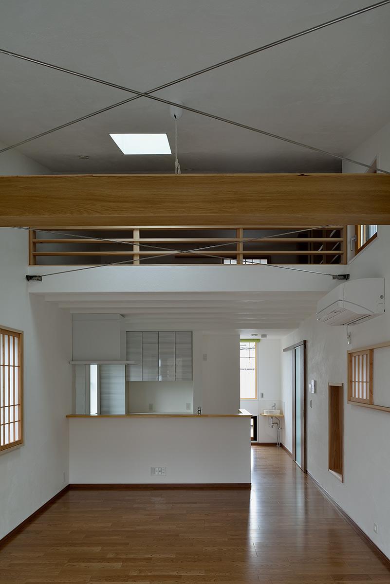 経堂の家4-リビングからダイニング キッチンを見る