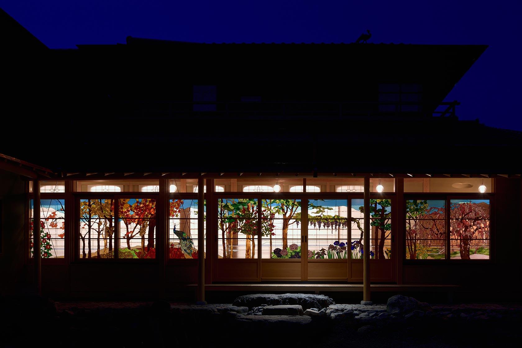 A邸36-闇に浮かび上がるステンドグラス