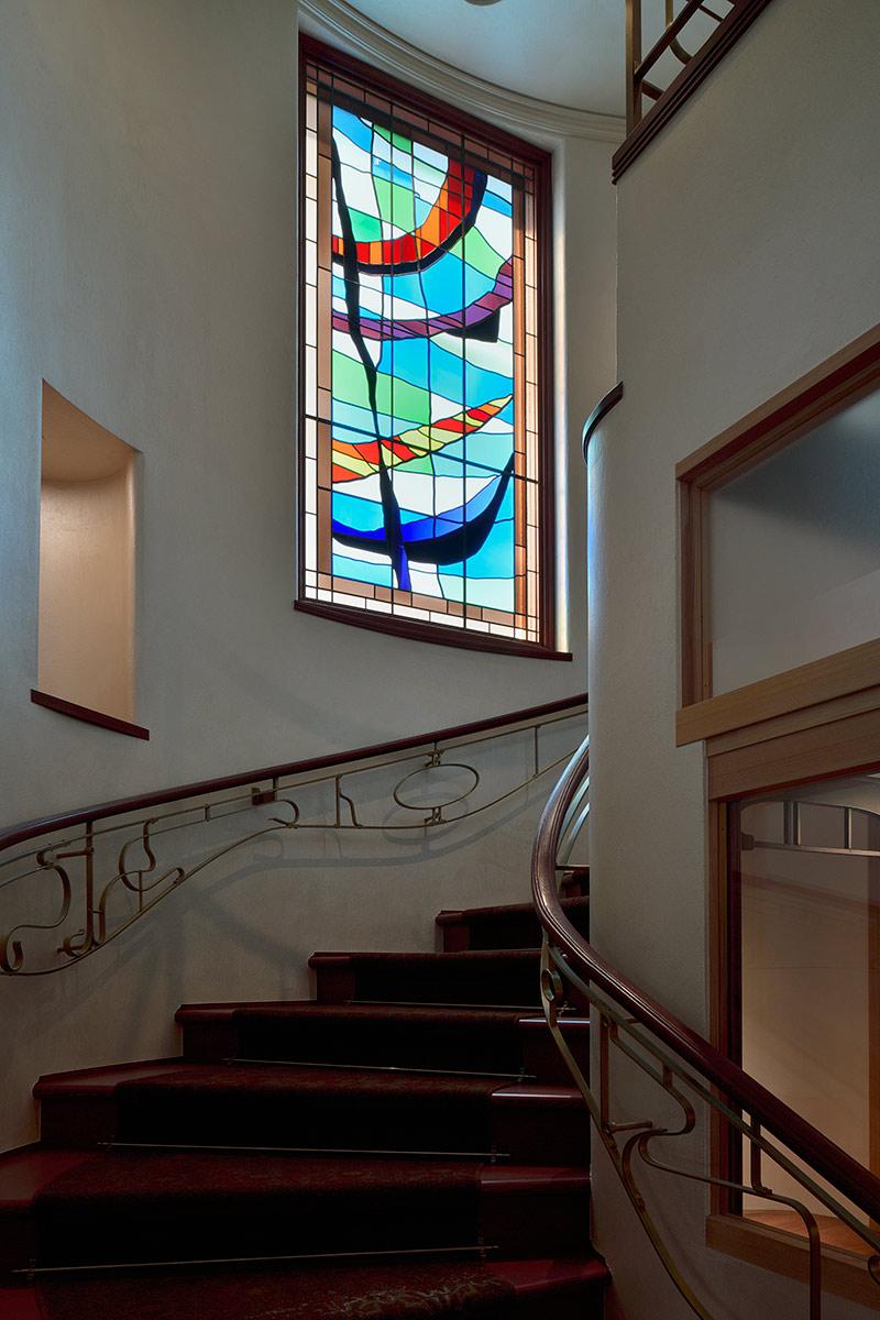 A邸28-階段中央の大きなステンドグラス.