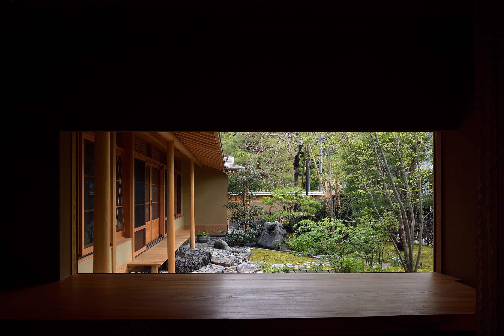 A邸22-喫茶室から庭を見る