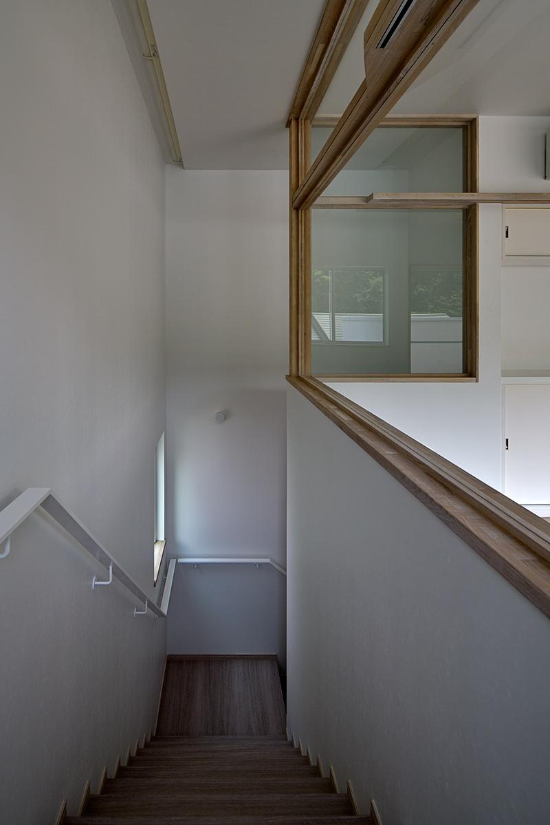 八王子H邸7-2階から階段を見下ろす
