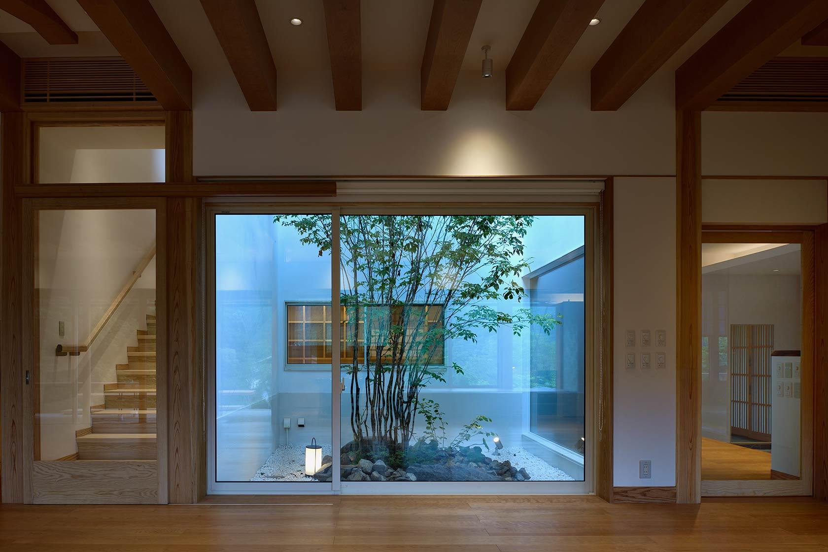神奈川K邸15-リビングから中庭を見る