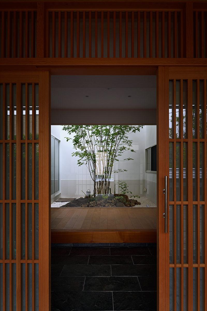神奈川K邸5-ポーチから玄関を見る