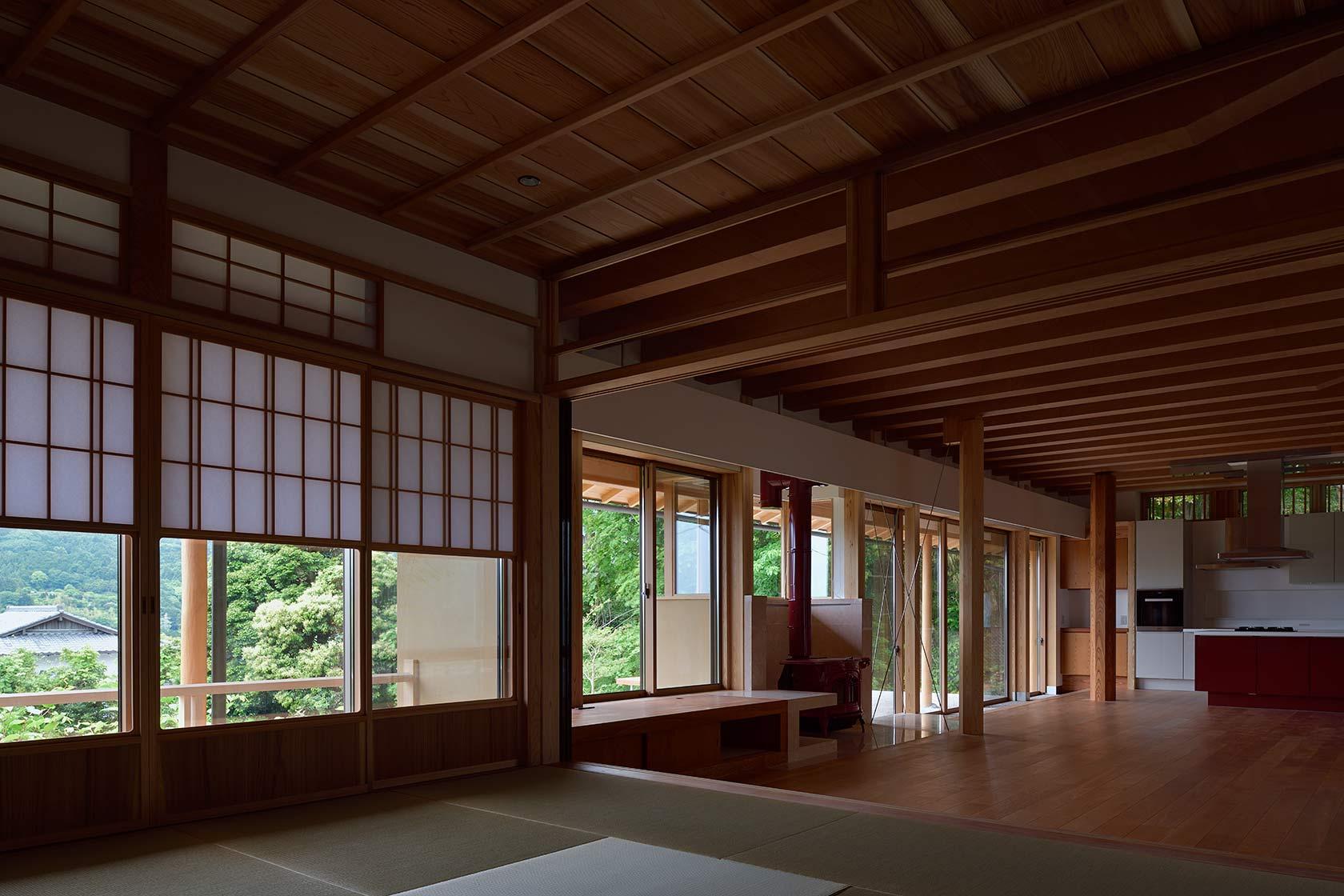 神奈川K邸9-和室からLDK越しの緑を見る