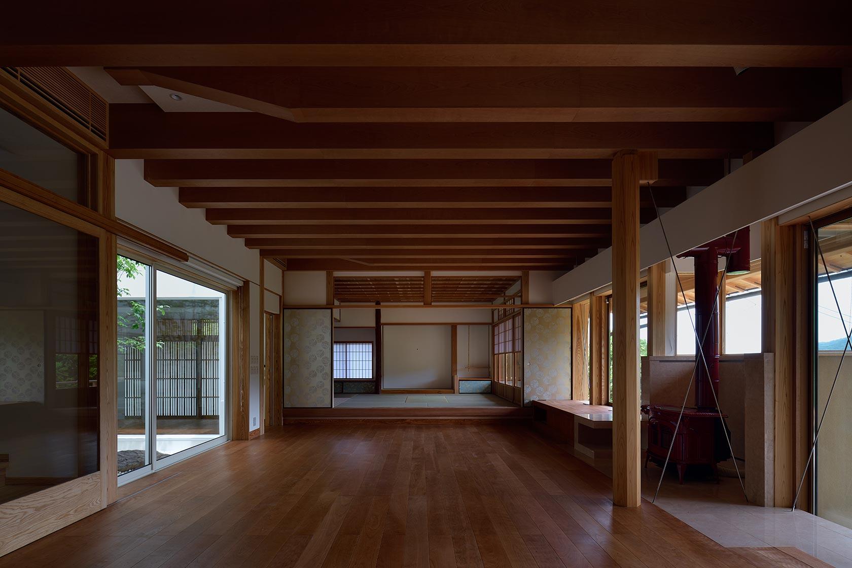 神奈川K邸17-キッチンからダイニング リビング 和室を見る