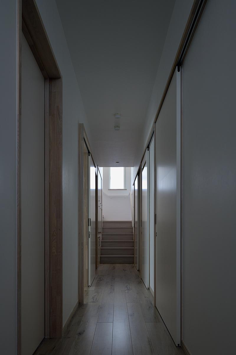 八王子H邸6-玄関から階段を見る