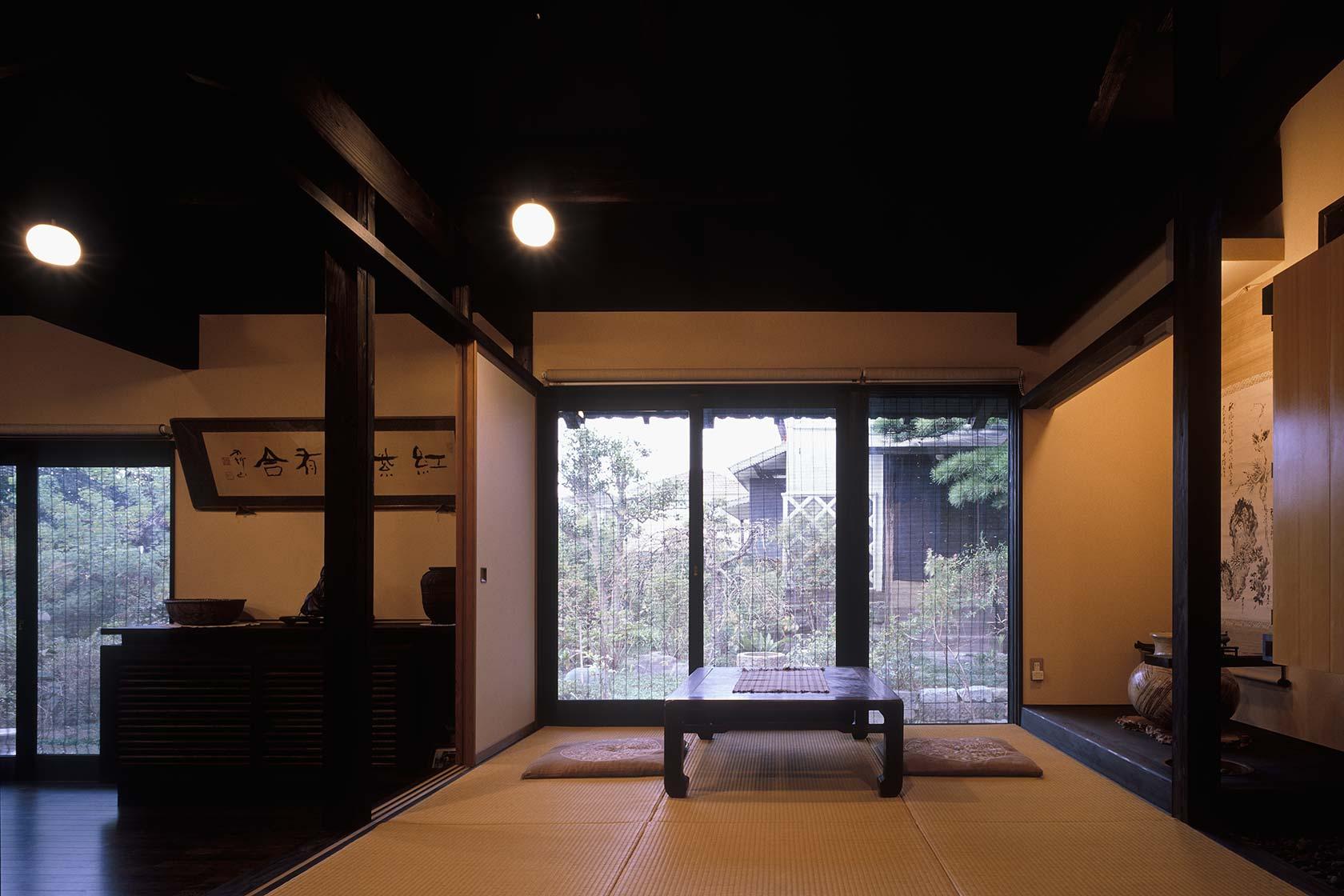 静岡H邸11-和室からは庭越しに蔵が見える