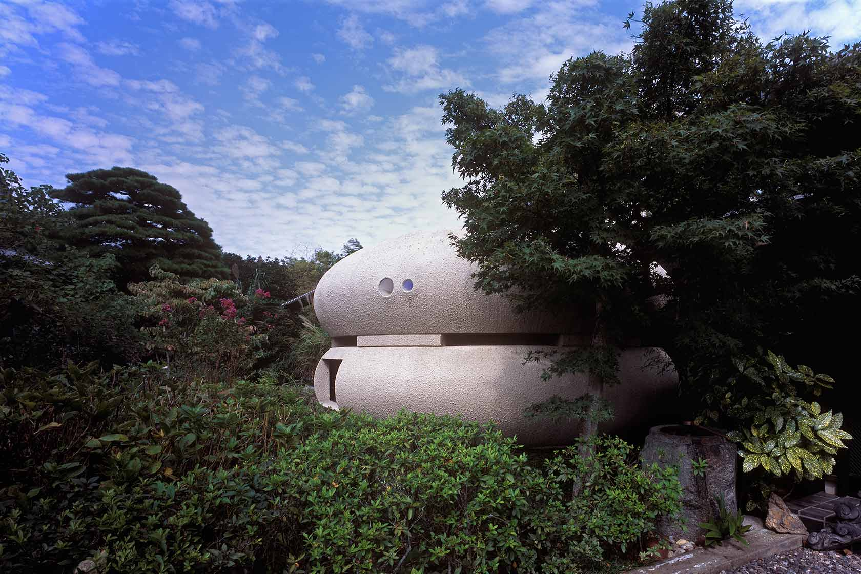 静岡H邸5-陶器が置かれたように佇む浴室 外観